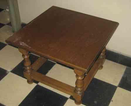 Mesa cuadrada de madera color roble oscuro